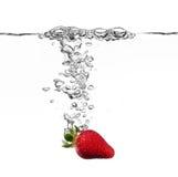 Chapoteo de la fresa en agua Fotos de archivo libres de regalías