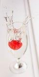 Chapoteo de la fresa en el agua Imagen de archivo