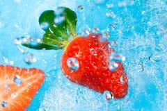 Chapoteo de la fresa en la visión superior water- Imágenes de archivo libres de regalías
