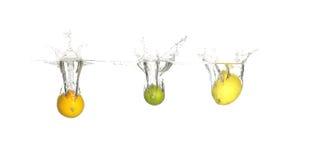 Chapoteo de la fruta cítrica Fotos de archivo libres de regalías