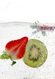 Chapoteo de la fruta del resorte imagenes de archivo