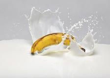 Chapoteo de la leche del plátano Fotos de archivo libres de regalías