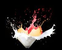 Chapoteo de la leche y de la pintura Foto de archivo libre de regalías