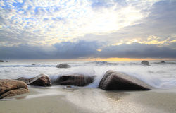 Chapoteo de la mañana de Freshing en la playa Imagenes de archivo