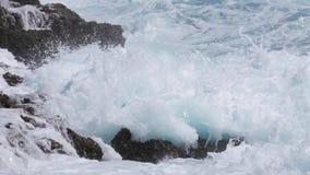 Chapoteo de la ola oceánica en el filón almacen de metraje de vídeo