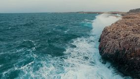 Chapoteo de la ola oceánica en el filón almacen de video