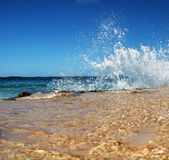 Chapoteo de la onda de océano en la playa fotografía de archivo libre de regalías