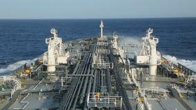 Chapoteo de la onda del mar contra el petrolero metrajes