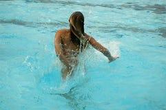 Chapoteo de la piscina imagen de archivo libre de regalías