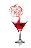 Chapoteo de la rosa del rojo de martini fotos de archivo