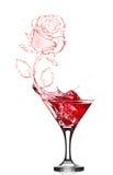 Chapoteo de la rosa del rojo de martini foto de archivo libre de regalías