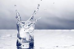 Chapoteo de la vodka fotos de archivo