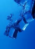 Chapoteo de los cubos de hielo Imágenes de archivo libres de regalías