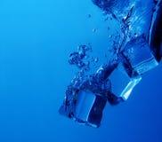 Chapoteo de los cubos de hielo Fotografía de archivo libre de regalías