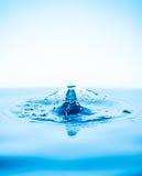 Chapoteo de los descensos del agua Foto de archivo libre de regalías