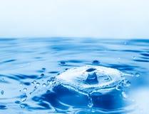 Chapoteo de los descensos del agua Fotografía de archivo libre de regalías