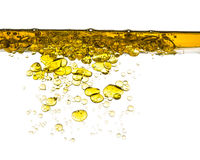 Chapoteo del aceite en el agua aislada Fotos de archivo libres de regalías