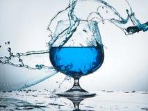 Chapoteo del agua azul Imagenes de archivo