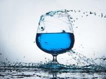 Chapoteo del agua azul Imagen de archivo libre de regalías