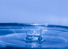 Chapoteo del agua como la corona Imagenes de archivo