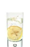 Chapoteo del agua con el limón Fotografía de archivo