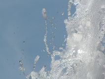 Chapoteo del agua contra el cielo cómodo imagenes de archivo