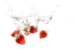 Chapoteo del agua de la fresa Fotografía de archivo libre de regalías