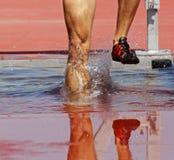 Chapoteo del agua de la pista de la carrera de obstáculos Imagen de archivo libre de regalías