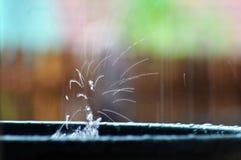 Chapoteo del agua de lluvia del fondo del arco iris fotos de archivo libres de regalías