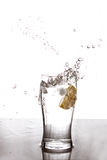 Chapoteo del agua del limón Imagenes de archivo