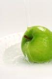 Chapoteo del agua en la manzana verde de Smith de abuelita Imagen de archivo libre de regalías