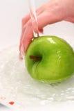 Chapoteo del agua en la manzana verde de Smith de abuelita Foto de archivo libre de regalías