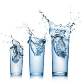 Chapoteo del agua en los vidrios aislados en blanco Foto de archivo libre de regalías