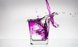Chapoteo del agua en un vidrio Imagenes de archivo