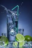 Chapoteo del agua en un vidrio. Foto de archivo libre de regalías