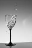 Chapoteo del agua en un vidrio Imágenes de archivo libres de regalías