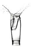 Chapoteo del agua en vidrio imagenes de archivo