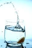 Chapoteo del agua en vidrio Foto de archivo libre de regalías