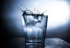 Chapoteo del agua en vidrio de agua Imagen de archivo