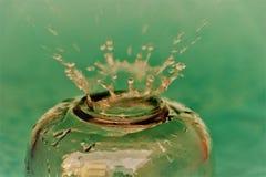 Chapoteo del agua sobre el vidrio Imagen de archivo libre de regalías
