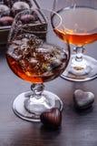 Chapoteo del brandy en vidrio Foto de archivo libre de regalías