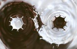 Chapoteo del chocolate y de la leche de la mezcla Fotografía de archivo