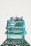 Chapoteo del descenso del agua en botella Fotos de archivo