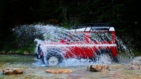 Chapoteo del jeep abajo imagen de archivo
