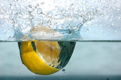 Chapoteo del limón en el agua Imagen de archivo libre de regalías