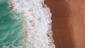 Chapoteo del océano en una playa arenosa hermosa en la igualación de la visión aérea metrajes