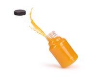 Chapoteo del zumo de naranja en botella Imagen de archivo libre de regalías