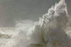 Chapoteo grande de la onda del mar Foto de archivo