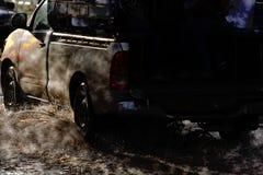 Chapoteo grande del agua con el coche en el camino inundado después de lluvias Fotografía de archivo
