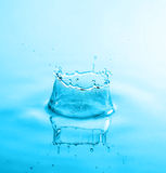 Chapoteo hermoso de las gotas del agua Imagen de archivo